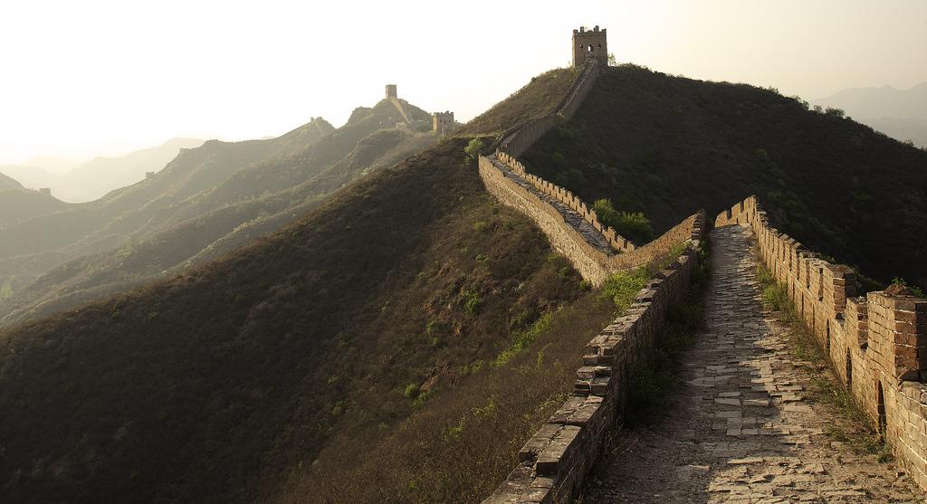 hiking on the jinshanling-simatai great wall